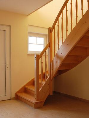 Geschlossene Holztreppe mit Blockstufe im Antritt