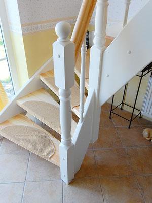 Holztreppe mit weiß lackierten Pfosten, Stäben und Wangen