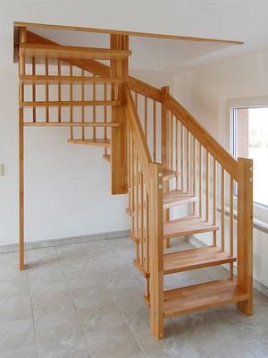 Freitragende Bolzentreppe mit 1/2-gewendelten Treppenlauf
