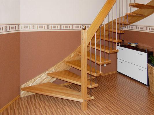 Bolzentreppe mit freitragender Geländerseite (Pfosten mit Edelstahlkugel)