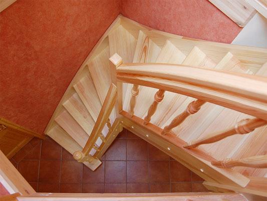 Holztreppe mit 1/4-gewendelten Treppenlauf