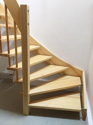1/4-gewendelte Bolzentreppe mit freitragendem Treppengeländer