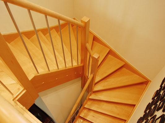 Holztreppe mit eingestemmten Stufen, runden Handlauf und Edelstahl-Geländerstäbe