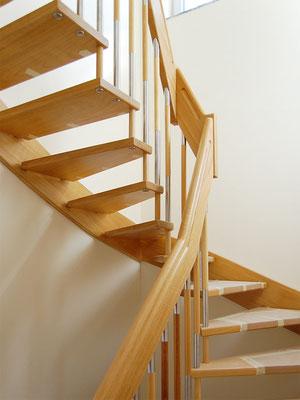 Bolzentreppe mit freitragender Geländerseite und Holz-Edelstahl-Stäbe