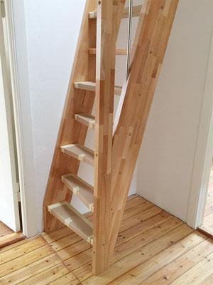 Raumspartreppe aus parkettverleimten Holz