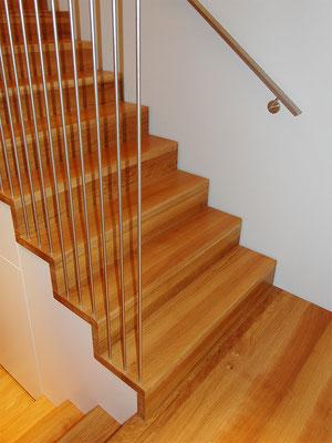 Aufgesattelte Treppe in Faltwerkoptik (mit integrierten Einbauschrank)