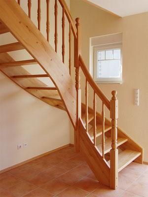 Massive Holztreppe mit gedrechseltem Geländer