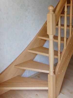 Treppe aus Massivholz mit schrägem Antritt