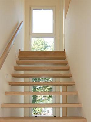 Gerade Treppe mit in der Wand eingelassenen Stufen