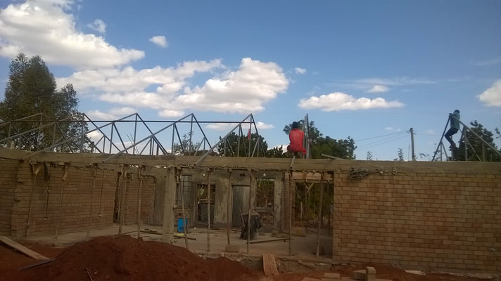 Das Dach wird gestellt...