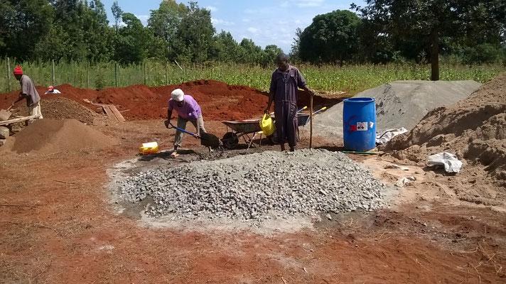 Beton mischen für die Fundamente mit der Hand...