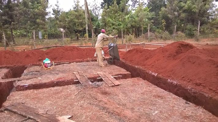 Der Beton wird mit Schubkarren verfüllt