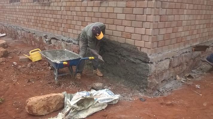 Auch die Verputzarbeiten an dem Fundament starten...