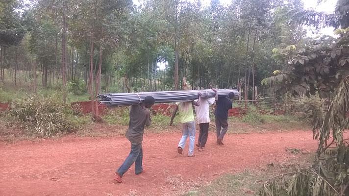 Die Wasserleitungsrohre werden an den Graben transportiert...