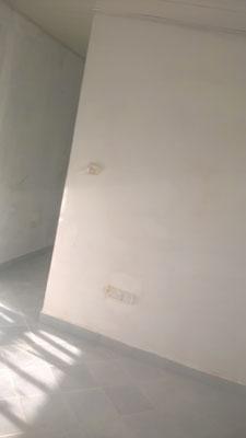Die Wände auf der einen Seite warten auf ihren Anstrich...