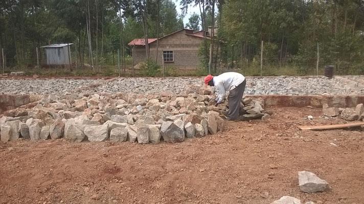 Jetzt werden große Bruchsteine gesteckt...