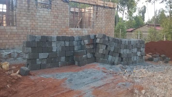 Die Steine für die Mauern der Klärgrube...