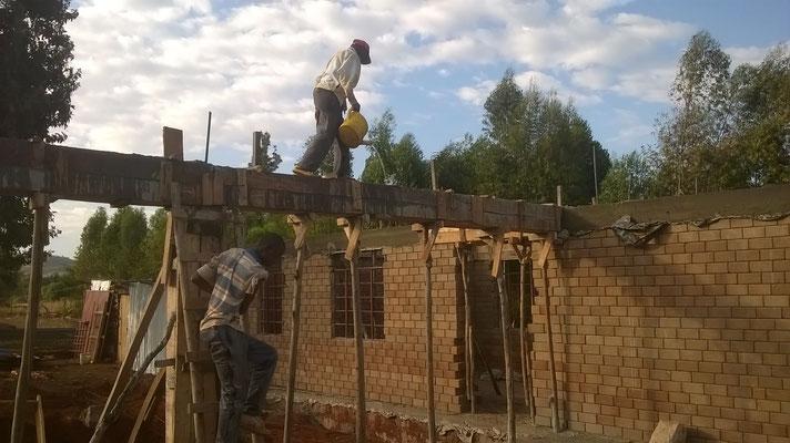 Der frische Beton wird gewässert...