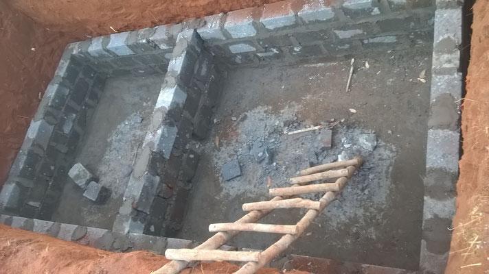 Die Mauerarbeiten an der Klärgrube beginnen...