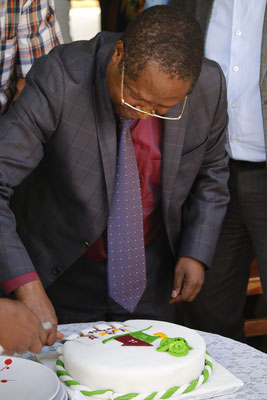 The Governor cutting the cake...