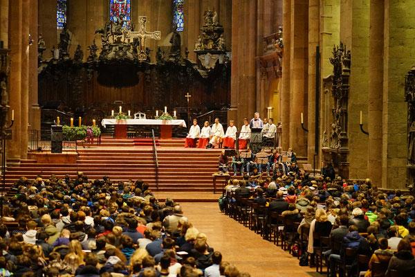ein sehr bewegender Moment...Der Blick in ein voll mit Jugendlichen besetzter Mainzer Dom....
