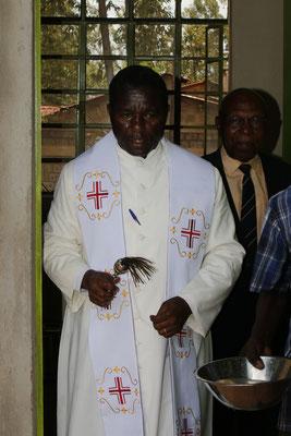 Der Priester bei der Segnung...