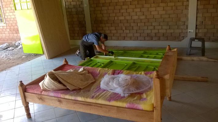 """Da Siggi schon nachts vom """"grüne Farbe streichen"""" träumt, haben wir ihm das Bett direkt neben seinen Arbeitsplatz gestellt..."""