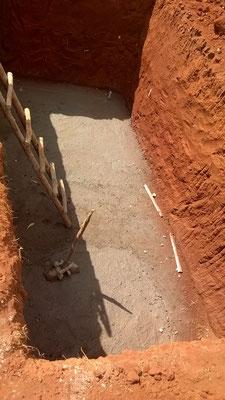 Die Bodenplatte für die Klärgrube ist betoniert...