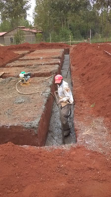 Auch hier wird mit einem Betonrüttler gearbeitet...