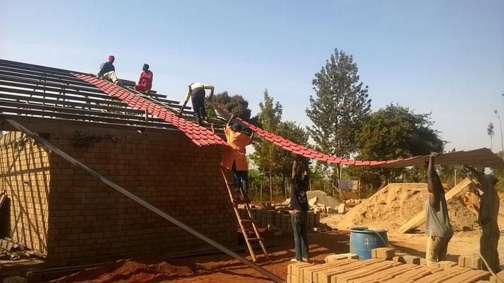 auch am Dach wird gearbeitet