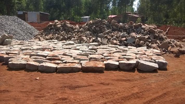 Endlich die ersten Steine für das Fundament...