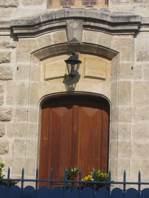 Le porche d'entrée de la demeure, qui est visiblement influencée par l'esthétique classique.