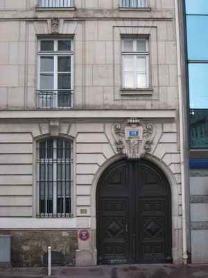 Partie droite de l'immeuble, comprenant la porte cochère. Le soubassement est constitué de meulière, le rez-de-chaussée de bossages à la française et les étages marquent le calepinage de la pierre d'une façade structurellement porteuse.