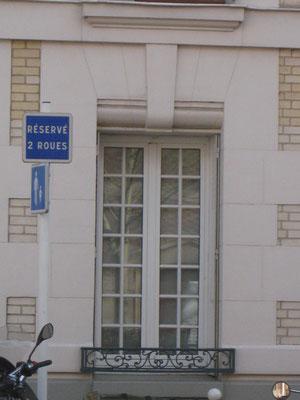 Détail d'une fenêtre comprenant une clé-de-voûte.
