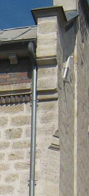 Détail du traitement de l'angle donnant sur le petit passage permettant l'accès au jardin, aux moulurations d'inspiration clairement gothiques.