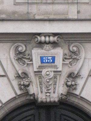 Détail des clefs-de-voûtes situées au dessus des deux entrées de l'immeuble.