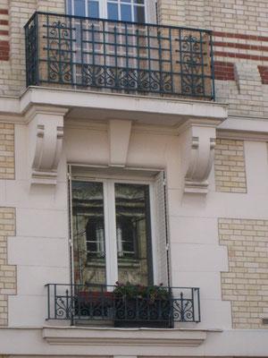 Détail d'un balcon avec consoles en pierre.