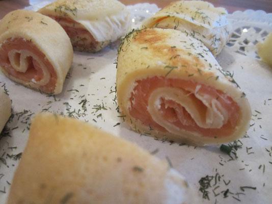 Crêperöllchen mit Frischkäse und geräuchertem Lachs gefüllt