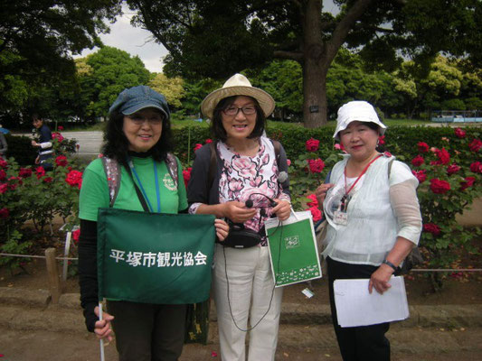 左から、商業観光課と共催の平塚市観光協会市民観光サポーターの方、バラの案内は平塚駅南口噴水広場でバラを育ててくださっている「平塚  花のまちづくりの会」のおふたり
