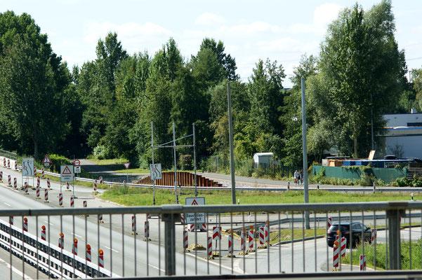 Links sind schon die Ampelmasten zu erkennen. Ab Mitte Oktober bis 2019  kreuzt hier die Kornweide mithilfe einer Ampel. Links Abbiegen wird dann auf allen Straßen der Kreuzung nicht möglich sein.