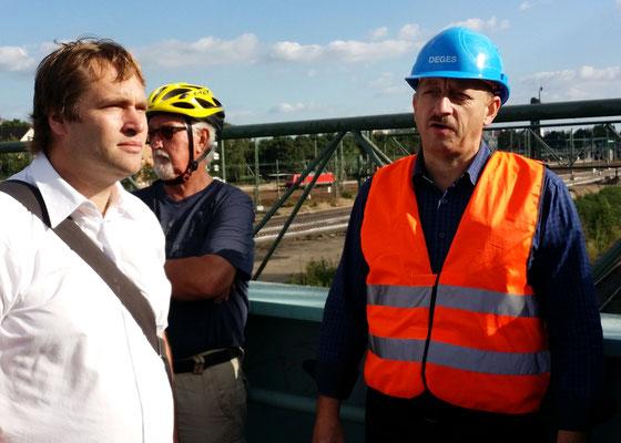 Herr Steinkühler spricht über die enge  Zusammenarbeit mit der Bundesbahn. Diese baut neben dem Ersatz für die alten Schienen (2,8 km) auch neue Gleisstrecken , um den Schienenverkehr des Hafens zu verbessern.