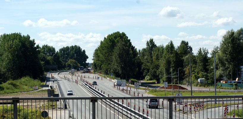 Auf der Sandfläche rechts entsteht die neue Kornweide. Auf dem alten Streckenabschnitt werden die Brücken abgetragen, damit hier der Anschluss an die neue Reichsstraßentrasse gebaut werden kann.