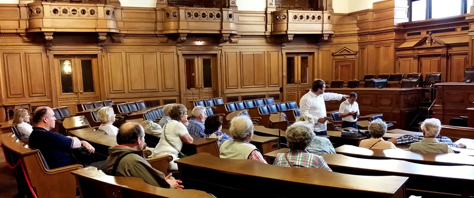 Im Plenarsaal (Blick auf Senatsbank)