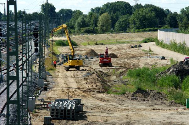 Gleichzeitig entsteht daneben eine Bahnbrücke für die Hafenabzweigung.