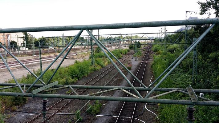 Diese Schienen werden abgebaut. Hier wird die neue Straße verlaufen.  Insgesamt baut die Bahn 5,5 Km neue Gleisstrecke und 16 Weichen.