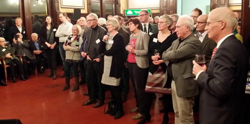 Nach der hochkarätigen Rede des Hamburger Finanzsenators Peter Tschentscher (rechts im Bild) warten die Gäste gespannt auf die Verkündung des diesjährigen Elbinselnadelträgers