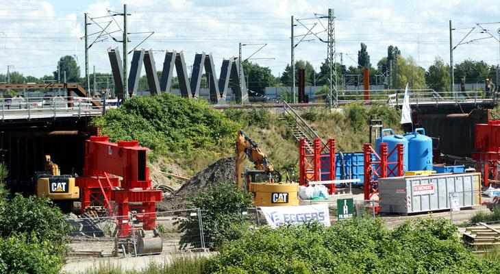 Diese Brücke soll im Dezember 2016 eingeschoben werden. Danach kann der Bahndamm für den Straßenbau durchbrochen werden.