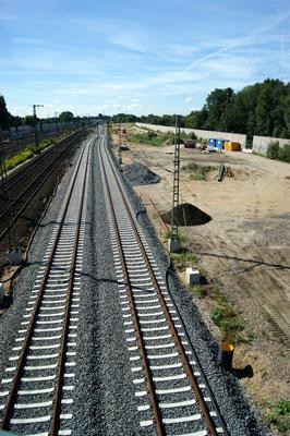 Blick Richtung Süden. Im Hintergrund ist der Verlauf der neuen Reichsstraße in einem rechten Bogen zum Anschluss an die vorhandene Trasse  zu erkennen.
