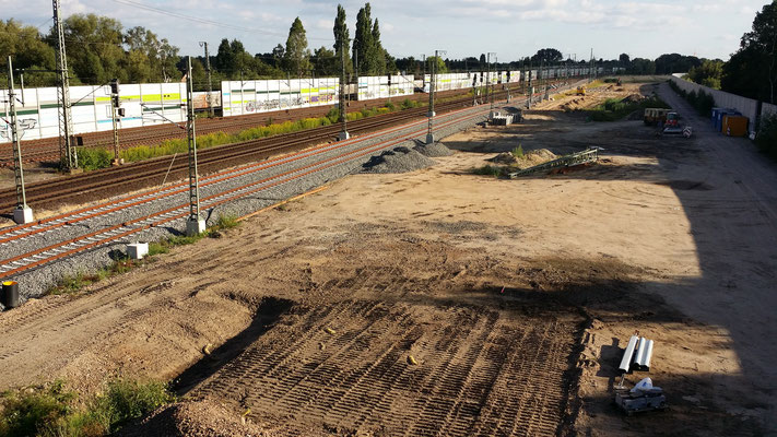 Blick Richtung Süden. Die Lücken in den neuen Schallschutzwänden links sollen bis Ostern 2017 geschlossen werden.  Als man z.T. auf alte Schienen stieß, musste die Gründung versetzt werden. Nun passten die Wände hier nicht mehr. Neue sind bestellt.