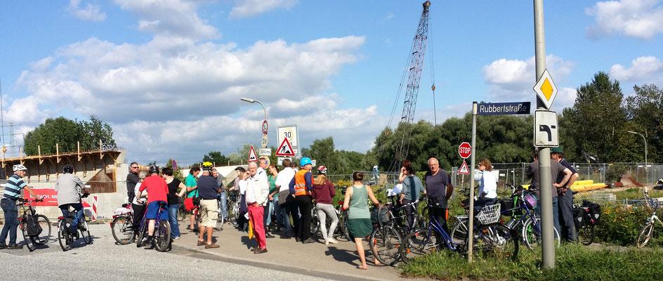 Start der Infotour im Norden am Vogelhüttendeich/Ecke Ruppertstraße. Hier wird die neue Wilhelmsburger Reichsstraße über dem verschwenkten Vogelhüttendeich und dem Ernst-August-Kanal verlaufen.